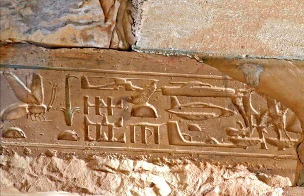 Perché l'arte antica contiene raffigurazioni di aerei, elicotteri e